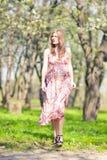 Ruhiges entspannendes kaukasisches blondes weibliches Gehen in Park Stockbild
