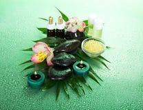 Ruhiges Gefühl des Entspannung Öle, Kerzen und Steine Stockbilder