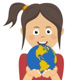 Ruhiges junges Mädchen, das sorgfältig Planetenerde und Verantwortung, Symbol des Umweltschutzes hält Lizenzfreies Stockbild