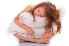 Ruhiges kleines Mädchen mit einem Kissen Lizenzfreies Stockbild