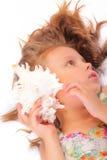 Ruhiges kleines Mädchen mit Muschel Stockfoto