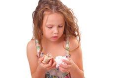Ruhiges kleines Mädchen mit Starfish und Muschel Lizenzfreie Stockbilder