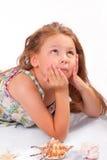 Ruhiges kleines Mädchen mit Starfish und Muschel Lizenzfreies Stockfoto