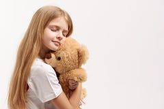 Ruhiges kleines weibliches Kind, das Spielzeug hält lizenzfreie stockbilder