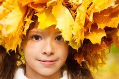 Ruhiges Mädchen mit einem Herbst headwreath Stockfoto