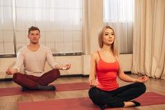 Ruhiges Mädchen und der Kerl, die Yoga tut, trainieren für Entspannung Lizenzfreies Stockfoto