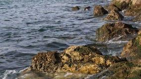Ruhiges Meer auf Felsenufer Stockbild