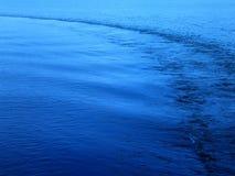 Ruhiges Meer - mit einer Lieferungsspur. Stockbilder