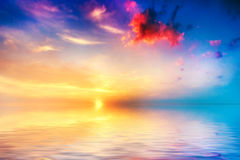 Ruhiges Meer am Sonnenuntergang. Schöner Himmel mit Wolken Stockbild
