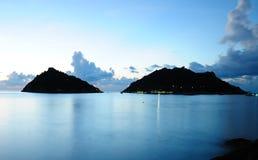 Ruhiges Meer und Insel nachts Stockfotografie