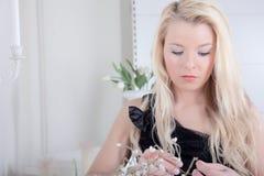 Ruhiges nachdenkliches schönes blondes Stockbilder