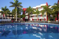 Ruhiges Pool im mexikanischen Hotel, Mexiko Lizenzfreie Stockfotos