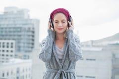 Ruhiges recht blondes Musik draußen hören Lizenzfreie Stockfotos
