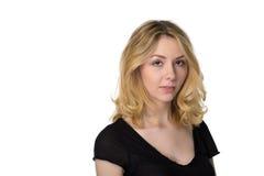 Ruhiges recht junges blondes Mädchen, lokalisiert auf Weiß Stockfoto