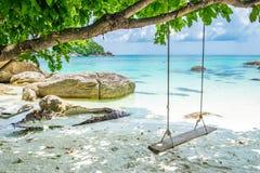 Ruhiges silvan schönes Meer des weißen Schwingens des Sandstrandes hölzernen an k Lizenzfreie Stockfotografie