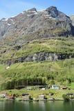 Ruhiges und ruhiges Dorf an der Küste des Sogne-Fjords, Norwegen lizenzfreies stockbild