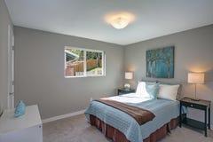 Ruhiges und gemütliches Schlafzimmer mit grauen Wänden Stockfoto