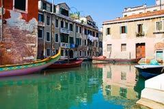 Ruhiges Wasser eines venetianischen Kanals Stockbild