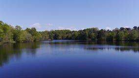 Ruhiges Wasser von einem See in Devon South West England im Frühjahr Stockfotos