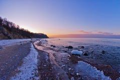 Ruhiges Wintermeer bei Sonnenuntergang Lizenzfreie Stockbilder