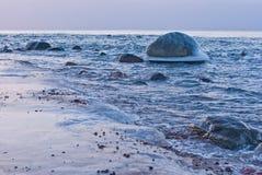 Ruhiges Wintermeer bei Sonnenuntergang Lizenzfreies Stockbild