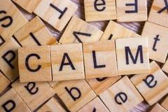 ruhiges Wort auf Hintergrund von Würfeln mit Buchstaben Zeichen mit hölzernen Würfeln Stockfoto