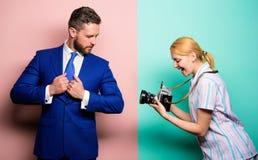 Ruhm und Erfolg Geschäftsmann genießen Sternmoment Fotograf, der Foto erfolgreichen Geschäftsmann nimmt Paparazzikonzept stockbild