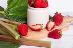 Ruibarbo y fresas Fotos de archivo libres de regalías