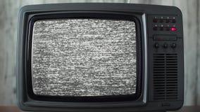 Ruido estático en un aparato de TV del vintage en un cuarto almacen de metraje de vídeo