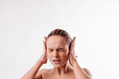 Ruido hermoso del dolor de cabeza de la mujer Fotos de archivo libres de regalías