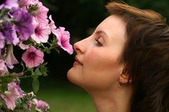 Ruikende bloemen stock foto's