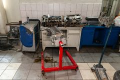 Ruilmotor op een kraan opgezet voor installatie op een auto na een analyse en een reparatie in een workshop van de autoreparatie  royalty-vrije stock foto
