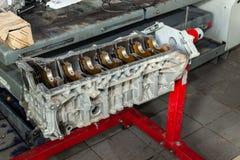 Ruilmotor op een kraan opgezet voor installatie op een auto na een analyse en een reparatie in een workshop van de autoreparatie  royalty-vrije stock afbeelding