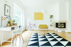 Ruim binnenland met gele sofa stock afbeeldingen