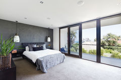 Ruim binnenland van ontwerper hoofdslaapkamer in luxe Australië Royalty-vrije Stock Foto
