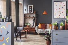 Ruim grijs en oranje binnenland royalty-vrije stock afbeelding