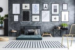 Ruim grijs slaapkamerbinnenland royalty-vrije stock afbeeldingen