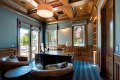 Ruim huisbureau met houten plafond royalty-vrije stock afbeeldingen