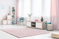 Ruim roze woonkamerbinnenland royalty-vrije stock afbeelding
