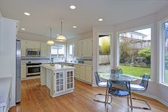 Ruim wit keukenbinnenland met keukeneiland stock afbeelding