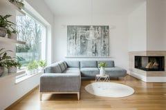 Ruim wit woonkamerbinnenland met grijze laag royalty-vrije stock fotografie