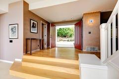 Ruime ingangsgang met open deur stock fotografie