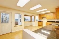 Ruime keukenruimte met dakramen en zwarte granietbovenkanten royalty-vrije stock afbeeldingen