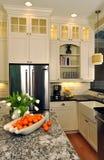 Ruime klassieke keuken stock afbeelding