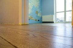 Ruime lege ruimte, de houten achtergrond van de vloer lichtbruine opgepoetste oppervlakte in nieuwe flat binnenlandse, beige mure royalty-vrije stock fotografie