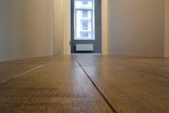 Ruime lege ruimte, de houten achtergrond van de vloer lichtbruine opgepoetste oppervlakte in nieuwe flat binnenlandse, beige mure stock foto