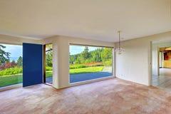Ruime lege woonkamer Glasmuur en binnenplaatslandschap Royalty-vrije Stock Afbeelding