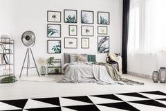 Ruime slaapkamer met botanisch motief stock foto