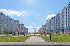 Ruime voetgang met lantaarns in nieuw district van stad Royalty-vrije Stock Foto