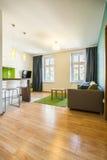 Ruime woonkamer in hotelflat stock foto